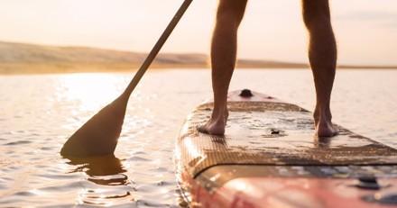 Il voit un homme sur un paddle avec son chien : en plissant les yeux, il est choqué de son erreur