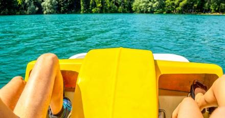 Sortie en famille : au milieu de l'eau, elle explose de rire en voyant ce qu'il y a sur le pédalo d'en face