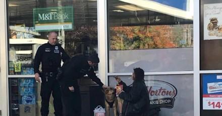Elle voit un policier s'approcher d'une femme et de son chien et pleure quand elle comprend pourquoi