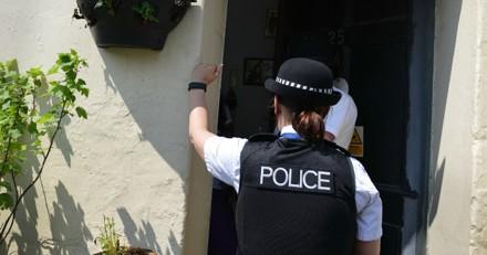 Les policiers frappent à une porte : dans les toilettes, ils trouvent ce qu'ils étaient venus chercher