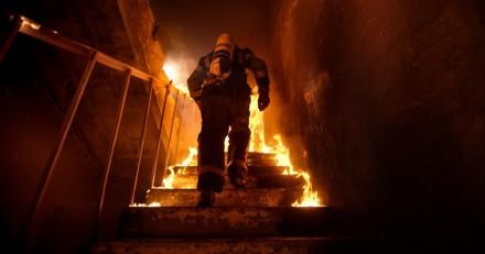 Grâce à son chien, il survit à l'incendie de sa maison