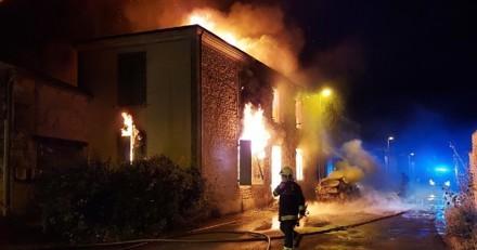 Leur chien les réveille dans la nuit pour les sauver d'un incendie : une fois en sécurité, un détail les fait paniquer !
