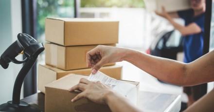 Une femme dépose des colis à la Poste : quand les employés comprennent la vérité ils sont furieux