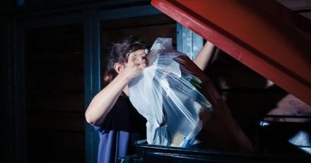 Le gardien de l'immeuble ouvre une poubelle : ce qu'il y découvre lui brise le coeur
