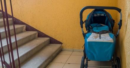 Elle va chercher la poussette de son bébé et pousse un cri de surprise en voyant ce qu'il y a dedans !