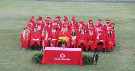 En pleine remise de diplômes, tous les élèves regardent dans le même sens et explosent de rire