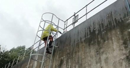 Les ouvriers voient quelque chose d'anormal dans le réservoir : leur découverte leur donne des sueurs froides