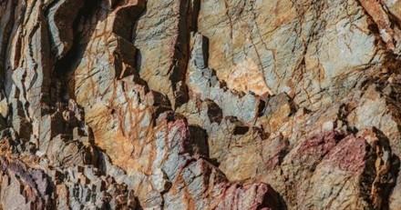 Un promeneur voit une ombre qui se cache dans les rochers : il pousse un appel au secours !