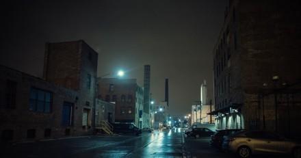 Sous une pluie battante, il voit un carton abandonné dans la rue : en l'ouvrant, son coeur se brise