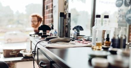 Il jette un oeil dans la vitrine du salon de coiffure et pense qu'il hallucine en voyant qui est sur le fauteuil !