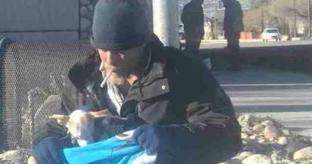 Ce sans-abri a sauvé un chien jeté d'une voiture, jamais il n'aurait imaginé ce qui allait arriver