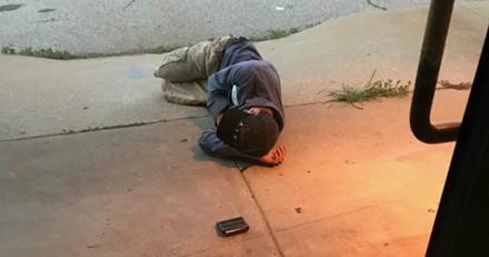 Les retrouvailles entre ce sans-abri et son chien perdu vont vous mettre les larmes aux yeux (Vidéo)