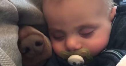 Elle regarde son bébé dormir paisiblement quand soudain, elle aperçoit quelque chose surgir derrière lui