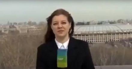 Russie : un chien vole le micro d'une journaliste en direct, elle lui court après (vidéo)