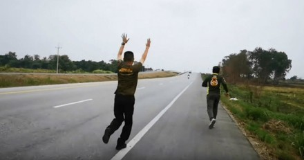 Paniqués, ils se mettent à courir quand ils voient ce qu'il y a sur la route (Vidéo)