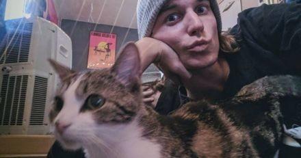 Cet homme photographie le moment où un chat errant le choisit comme papa