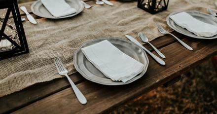 Elle entre dans la salle à manger pour le repas : quand elle voit qui est à table, elle explose de rire