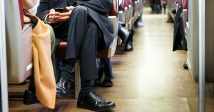 Un homme est assis dans le train avec un carton : un bruit en sort et les passagers appellent la police !