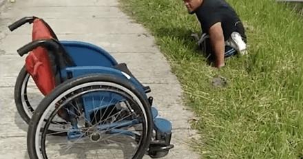 Il n'hésite pas une seconde et descend de son fauteuil roulant pour sauver un chaton coincé dans l'eau (vidéo)