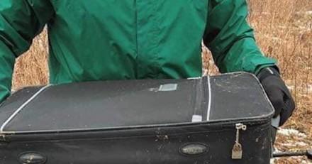 Jogging qui tourne mal : ils voient une valise abandonnée et ont le souffle coupé en l'ouvrant