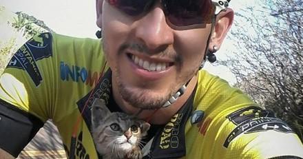 Ce chaton ne s'arrête pas de faire des bisous au cycliste qui l'a sauvé