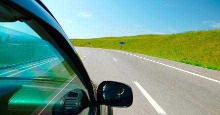 Sur l'autoroute, un conducteur jette quelque chose par la fenêtre : quand elle voit ce que c'est, elle appuie sur l'accélérateur