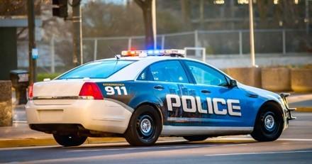 Les policiers voient une voiture zigzaguer : quand ils approchent, c'est le choc en voyant qui est au volant