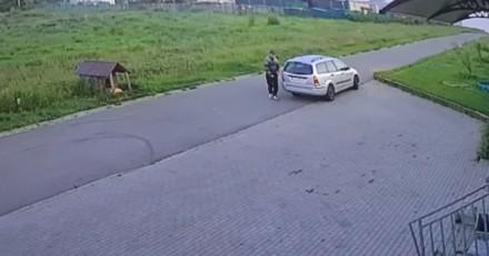 Une voiture s'arrête devant le refuge : un homme ouvre une portière et le cauchemar commence
