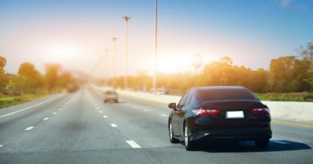 En voiture, elle voit quelqu'un balancer quelque chose par la fenêtre : elle freine en urgence !