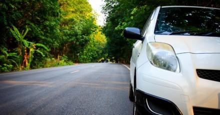 Il gare sa voiture et reste bouche bée quand il voit ce qui est coincé dans son pare-chocs !