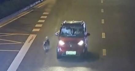 Elle traine son chien depuis sa voiture : ses explications laissent les policiers sans voix
