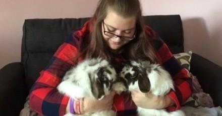 Paralysée, elle ne pouvait pas utiliser ses mains jusqu'à ce qu'elle adopte des lapins (Photos)