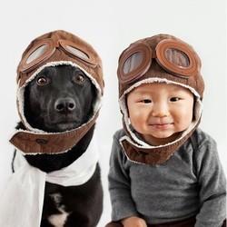 un bébé et un chien meilleurs amis