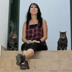 une femme mariée à ses chats