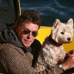 un chien voyage avec son maître à bord d'un sous-marin