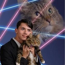 un jeune homme pose avec son chat dans l'annuaire de son lycée
