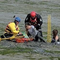 jeunes filles enlisées dans la boue pour sauver leur chien