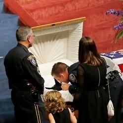 les funérailles d'un chien policier