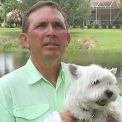 un homme saute sur un alligator pour sauver son chien