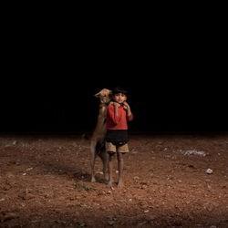 chien errant enfant orphelin
