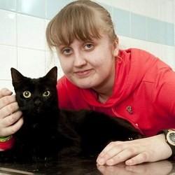 ce chat noir a sauvé la vie de sa maîtresse à plusieurs reprises