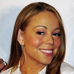 Mariah Carey surfe avec ses chiens