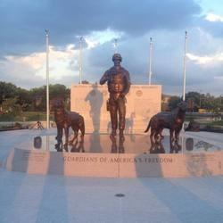un monument pour les chiens militaires