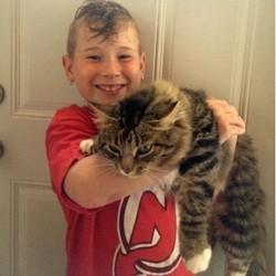 un petit garçon et son chat