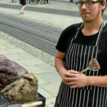 Chien au barbecue : ce qui se cache vraiment derrière la photo qui fait scandale