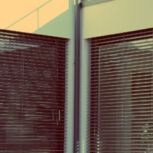 Elle rentre d'une journée de travail : derrière les stores de sa cuisine, une ombre la fait sursauter