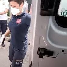 Une dame est transportée aux urgences en ambulance : son chien a une réaction qui émeut tout l'hôpital (vidéo)