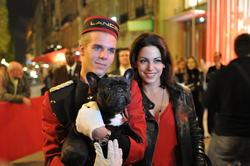Quelle est la race du chien en compagnie de l'actrice de Caméra Café, Noémie Elbaz ?