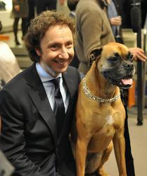 Quelle est la race de ce chien, en compagnie de Stéphane Bern ?