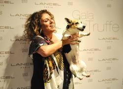 De quelle race est la petite chienne au vernis à ongles de Marianne James ?